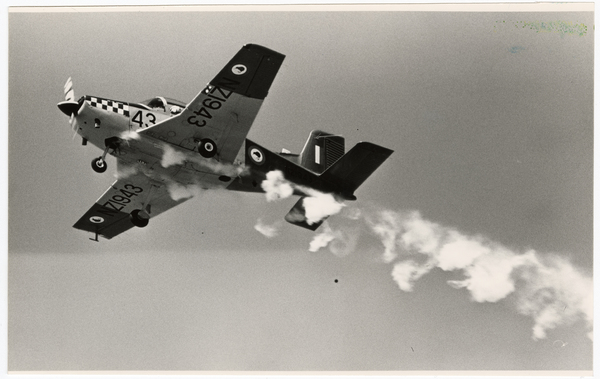 Air trainer with smoke for display