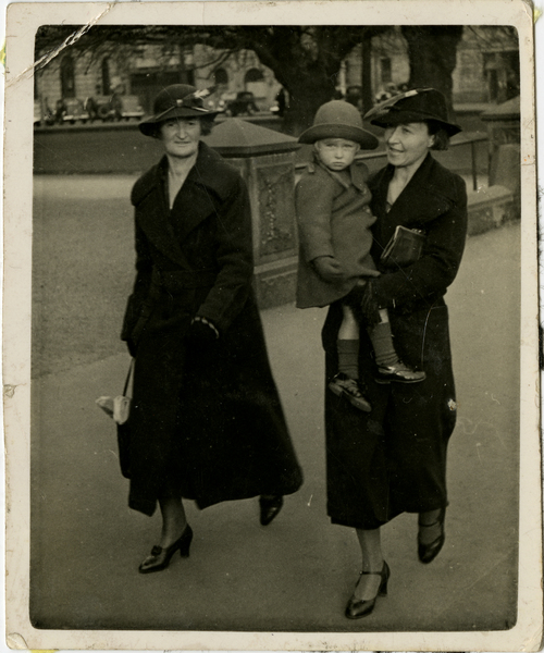 Alice Todd, Venis Olin & Merle in Cathedral Square in 1937